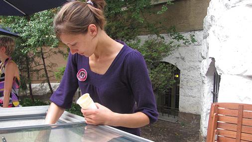 Madara cenšas ieteikt katram klienta garšas kārpiņām piemērotāko saldējumu