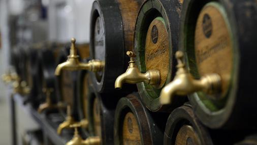 Valmiermuižā alu brūvē tikai no četrām sastāvdaļām: ūdens, miežiem, apiņiem un rauga. Tiesa, pēdējās trīs tiek iepirktas no Vācijas. Ruņģis priecātos, ja kvalitatīvas izejvielas nākotnē ražotu arī Latvijā