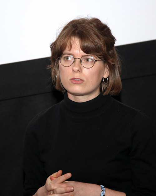 Festivāla mediju koordinatore Lāsma Bērtule piedalās preses konferencē, kurā informē par eksperimentālā kino festivāla