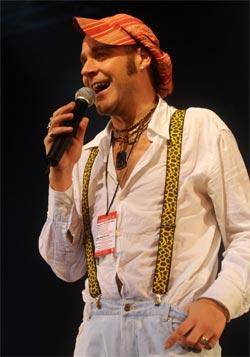 """Mūziķis Mārtiņš Freimanis uzstājas mūzikas un mākslas festivāla """"Bildes 2009"""" jauno grupu un festivāla veterānu kopprojektu koncertā"""