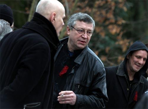 Eirovīzijas nacionālās atlases televīzijas režisors Arvīds Babris (no kreisās) Dailes teātra aktieris Andris Bērziņš un Dailes teātra aktieris Artūrs Skrastiņš ierodas Sēru namā, lai Rīgas krematorijā pēdējo reizi atvadītos no pāragri mūžībā aizgājušā mūziķa un dzejnieka Mārtiņa Freimaņa