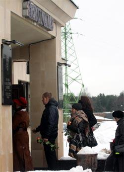 Cilvēki ierodas Sēru namā, lai Rīgas krematorijā pēdējo reizi atvadītos no pāragri mūžībā aizgājušā mūziķa un dzejnieka Mārtiņa Freimaņa