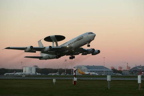NATO agrīnās brīdināšanas un kontroles sistēmas AWACS lidmašīna (Boeing E-3 Sentry) piezemējas starptautiskajā lidostā Rīga