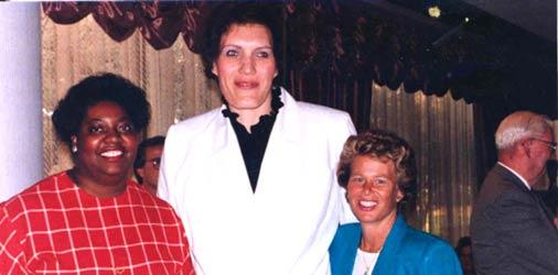 Uļa (centrā) pēc uzņemšanas Pasaules basketbola slavas zālē (Basketball Hall of Fame).Springfildā, 1993. Kopā ar ASV konkurentēm Luizu Harisu (no kreisās) un Annu Maieri
