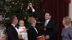 Valsts prezidents pagodina 20 ģimenes ar kopīgu egles iedegšanu