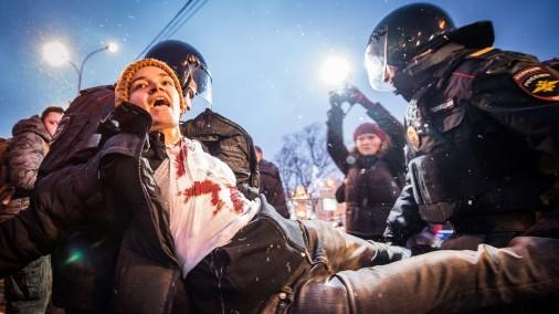 Maskavā protesta akcijā pret iebrukumu Ukrainā desmitiem aizturēto