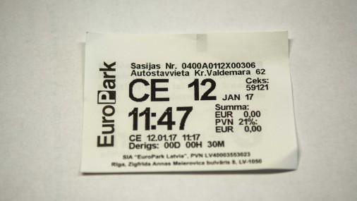Šādi izskatās biļete, kas ļauj stāvvietu izmantot 30 minūtes bez maksas