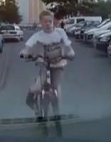 Puika ar velosipēdu sāpīgi ietriecas stāvošā auto