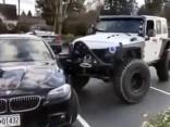 Ar tūnētu Jeep iestumj vietā šķībi noparkotu BMW