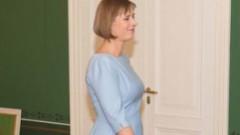 Igaunijas prezidente Rīgā ierodas romantiskā kleitiņā