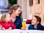 Latvijā: Pirms galdiņa ierādīšanas restorāns pārliecinās par daudzbērnu ģimenes maksātspēju