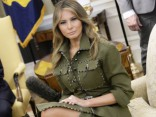 Melānija pārsteidz modernā olīvkrāsas kostīmā ar šķēlumu