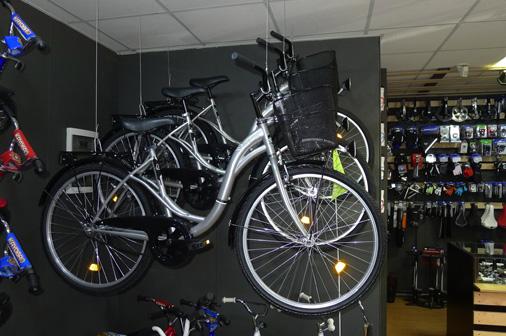 """""""Primum Bike"""" joprojām atrodas savas nišas meklējumos. Patlaban viņi ir pārliecināti, ka noteikti attīstīs velosipēdu remontdarbnīcu, taču domā, uz kādiem riteņiem specializēties. Iespējams, tie būs pilsētas, komforta, pludmales braucamie"""