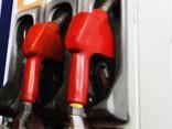 Pa nedēļu benzīna cenas krītas par pieciem centiem