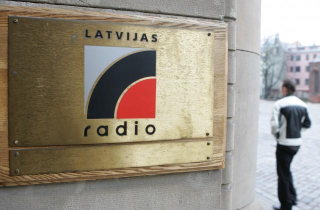 Plāksne pie Latvijas Radio mājas Doma laukumā