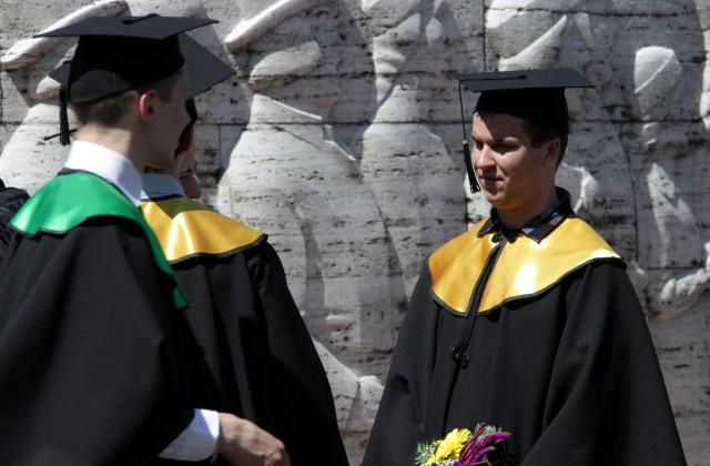 Augstskolas absolventi fotografējas pie Brīvības piemienekļa (Ilustratīvs foto)
