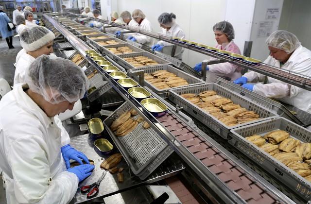 """Strādnieces zivju pārstrādes uzņēmuma SIA """"Karavela"""" ražotnē"""