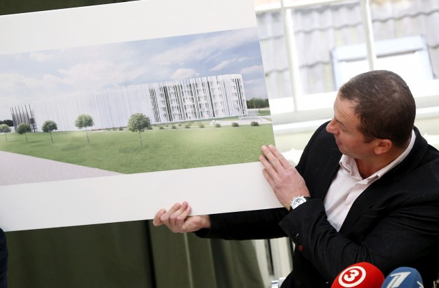 """Investīciju fonda """"EfTEN Capital Latvia"""" projektu vadītājs Uldis Sproga piedalās preses konferencē, kurā informē par ieceri būvēt """"Depo"""" netālu no Jelgavas pils"""