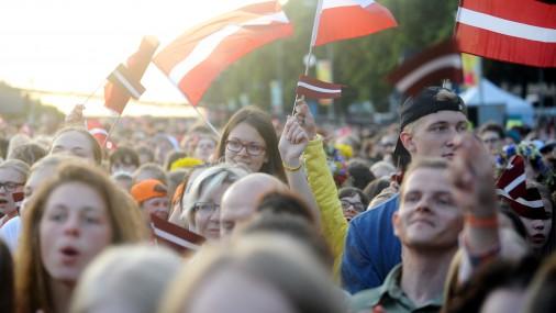 Latvijā dzīvojošo skaits turpina samazināties. Ko darīt: imigrācija, dzimstība...?