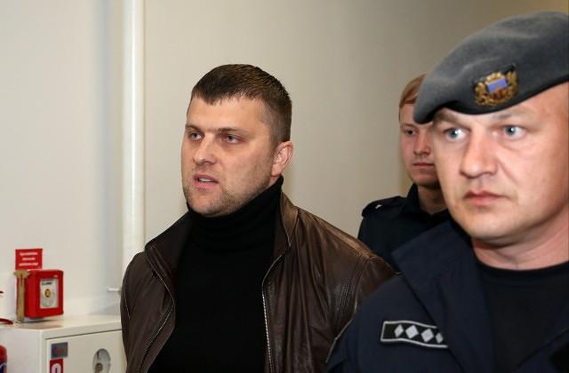 Aizturētais maksātnespējas administrators Māris Sprūds tiek konvojēts pēc tiesas sēdes Rīgas pilsētas Latgales priekšpilsētas tiesā,  kur viņam piemēroja drošibas līdzekli - apcietinājumu