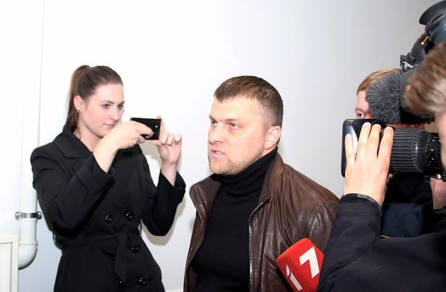 Aizturētais maksātnespējas administrators Māris Sprūds tiek konvojēts tiesas sēdes starplaikā Rīgas pilsētas Latgales priekšpilsētas tiesā, kur lemj par piemērojamo drošibas līdzekli