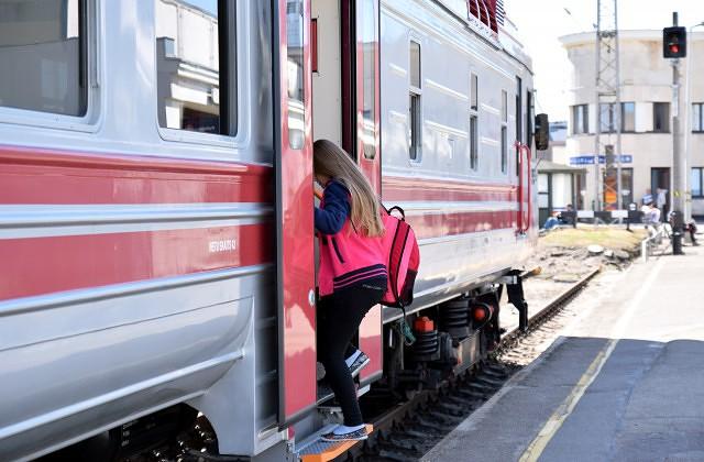 """Cilvēki iekāpj jaunajā AS """"Pasažieru vilciens"""" modernizētajā dīzeļvilcienā, kurš aties pirmajā reisā no Rīgas Centrālās dzelzceļa stacijas uz Siguldu"""