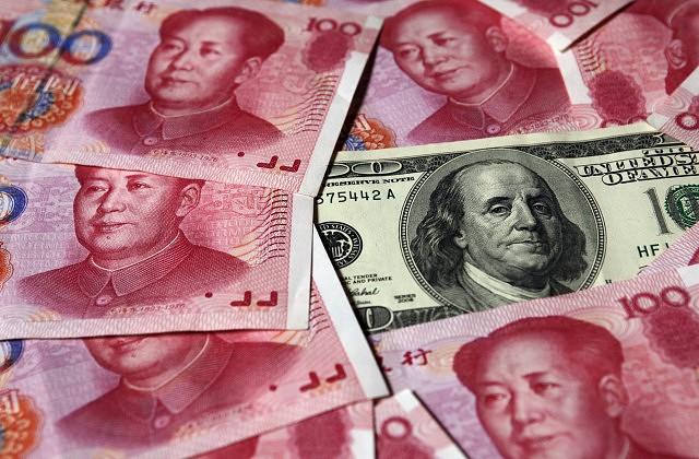 Ķīnas juaņas un 100 ASV dolāru banknote