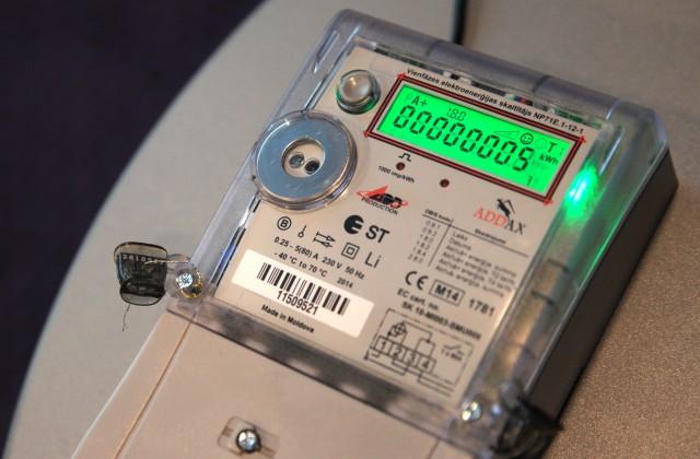 """Elektrības skaitītājs AS """"Sadales tīkls"""" preses konferencē par viedo elektroenerģijas skaitītāju ieviešanas procesu"""