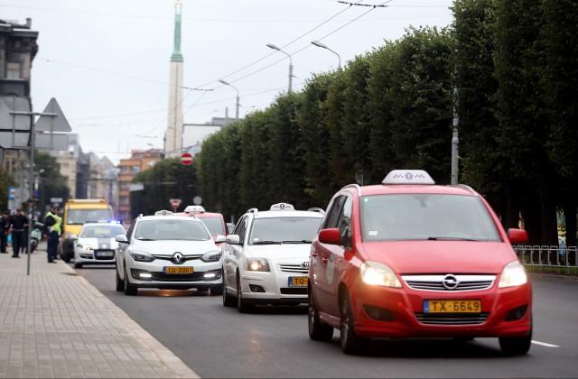 Ap Ministru Kabineta ēku notiek Latvijas taksometru arodbiedrības organizētais taksometru vadītāju brīdinājuma brauciens, lai pievērstu valdības uzmanību nozares problēmām