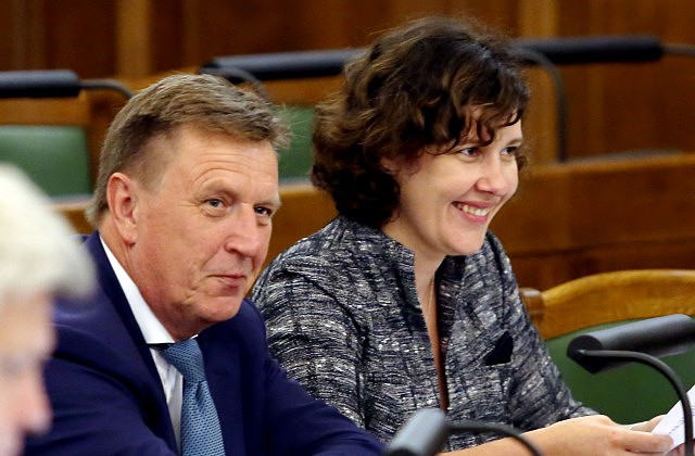 Ministru prezidents Māris Kučinskis un finanšu ministre Dana Reizniece-Ozola piedalās ārkārtas Saeimas sēdē, kurā lemj par likumprojektiem, lai nodrošinātu nodokļu politikas reformas īstenošanu