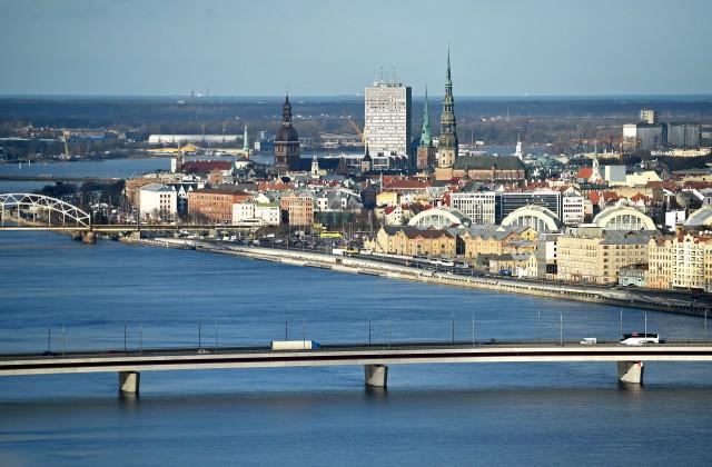 Pilsētas panorāma un Salu tilts