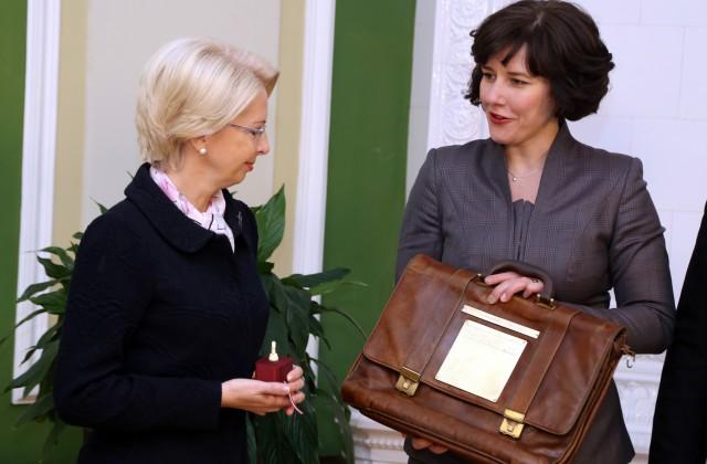 Finanšu ministre Dana Reizniece-Ozola iesniedz Saeimas priekšsēdētājai Inārai Mūrniecei budžeta portfeli ar valdības sagatavoto nākamā gada valsts budžeta un 2017.-2019.gada vidēja termiņa budžeta ietvara likumprojektu izskatīšanai parlamentā