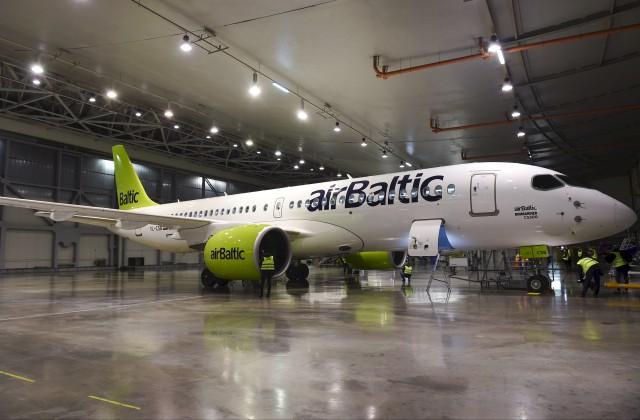 """Lidsabiedrības """"airBaltic"""" jaunā """"Bombardier CS300"""" lidmašīna"""
