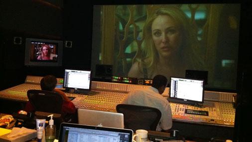 """Skaņas """"final mix"""" studijā seriālam """"Scoundrels"""".  Galvenajā lomā - filmu zvaigzne Virdžīnija Madsena (Virginia Madsen)"""