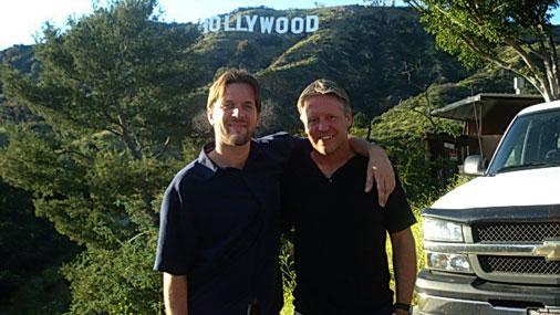 """Ar draugu - mūziķi Ēriku Kīnu - pie uzraksta """"Hollywood"""""""