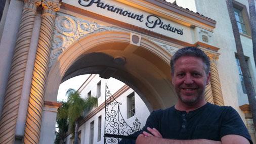 """Studijas """"Paramount Pictures"""" vārtu priekšā.  """"Te strādāju, filmējot seriālu """"Dirty Sexy Money"""","""" stāsta Artūrs Rūsis"""