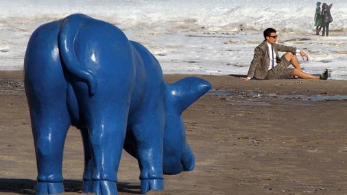 Par Kurzemes mākslas dienu vizuālo simbolu kļuvusi Rojas mākslinieka Māra Grosbaha skulptūra «Zilais cerību sivēns»