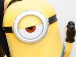 Dzelteno minionu purkšķināšanās ir izklaidējoša un smieklīga