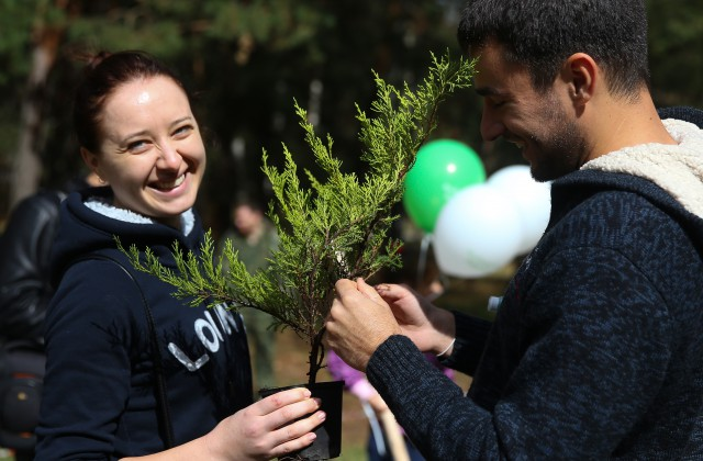 ITAR-TASS: MOSCOW, RUSSIA. AUGUST 30, 2014. Volunteers planting pine seedlings as part of an ecological event in Zhulebino Park. (Photo ITAR-TASS/ Anton Novoderezhkin)