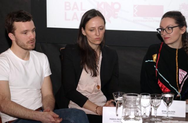 """""""Kino Bize"""" direktors Māris Prombergs, kino māksliniece Signe Birkova un festivāla direktore un analogo mediju māksliniece Ieva Balode piedalās preses konferencē, kurā informē par eksperimentālā kino festivāla """"Process"""" programmu - filmu skatēm, paplašinātā kino performancēm, foto izstādi, lekcijām un diskusijām, iepazīstina ar festivāla viesmāksliniekiem"""