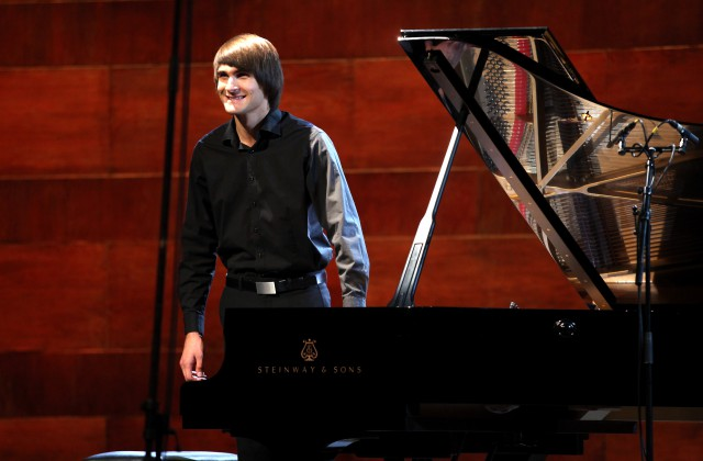 Pianists Vestards Šimkus uzstājas slēgtās Dzintaru koncertzāles atklāšanas koncertā