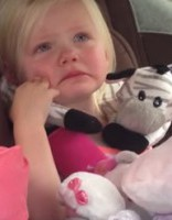 Aizkustinoši: video, kur meitenīte jūt līdzi pingvīnēnam!