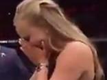 Noskaties: UFC cīkstonis pēc uzvaras bildina savu draudzeni