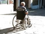 Paralizēts vīrietis pēc revolucionāras operācijas atkal staigā