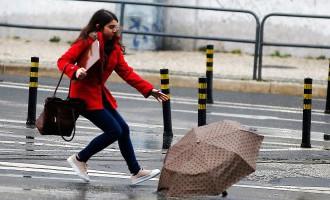 Dienā ilgstoši līs un pūtīs brāzmains vējš