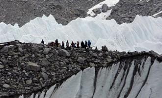 Nepālas zemestrīces izraisītā lavīnā pie Everesta bāzes nometnes gājuši bojā astoņi cilvēki