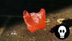 Saplīsuša maisiņa dēļ pircēja piedzīvo nepatīkamus brīžus veikalā
