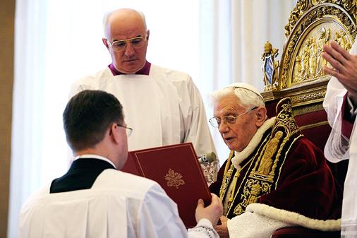 Brīdis, kad pāvests Benedikts VXI latīņu valodā nolasīja tekstu par savu gaidāmo atkāpšanos no amata