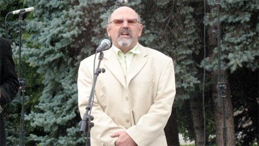 Daugavpils domes priekšsēdētāja vietnieks Grigorijs Ņemcovs uzrunā klātesošos Vienības laukumā