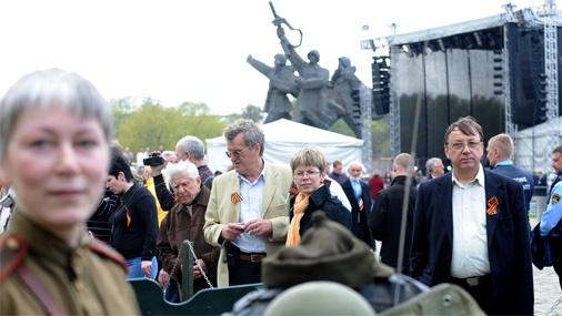 Cilvēki piedalās Otrā pasaules kara beigu 65.gadadienas svinībās Uzvaras parkā